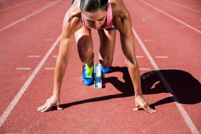 Sportlerin bereit zu laufen