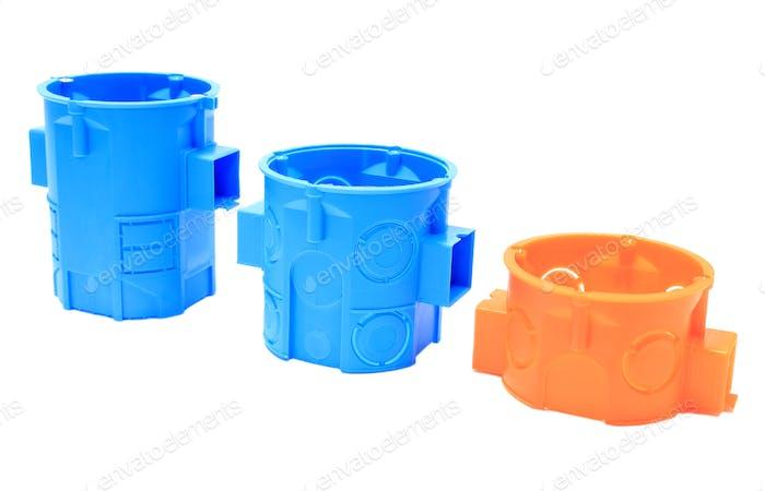 Orange und blau elektrische Boxen auf weißem Hintergrund