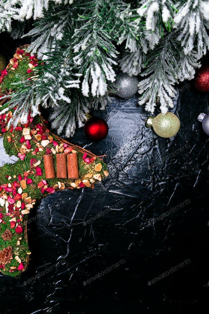 Weihnachtshintergrund mit Weihnachtskranz wie ein Stern. Draufsicht. Kopierraum. Flache Lag.
