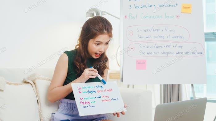Asia joven profesora de inglés videoconferencia llamada en computadora portátil charla por webcam