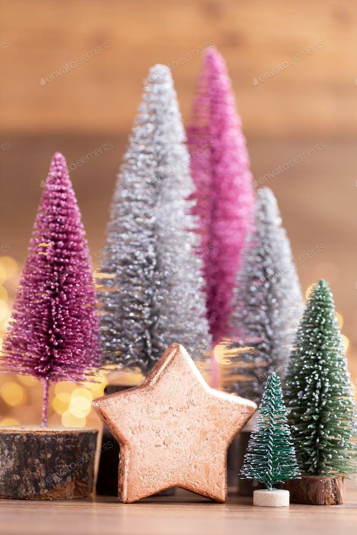 Bunter Weihnachtsbaum auf Bokeh Hintergrund.