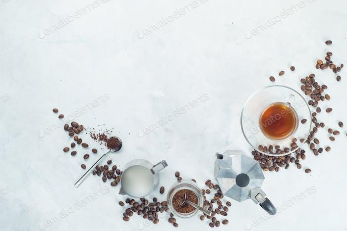 Header mit brauen Kaffee-Zutaten. Mokkakanne, Espressotasse, Milchkännchen, gemahlener Kaffeedose und