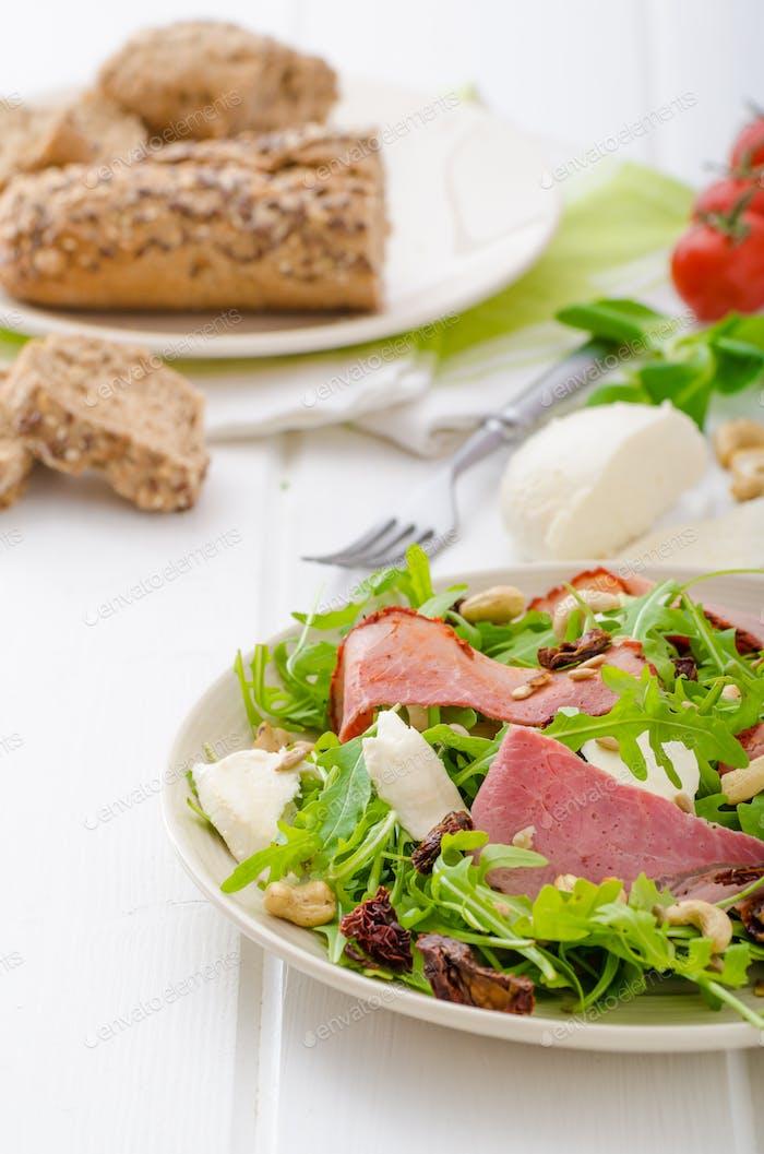 Rucola-Salat mit Fleisch und Mozzarella