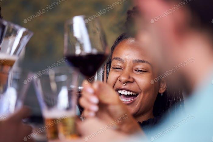 Gruppe Von Freunden Treffen Im Restaurant Feiern Und Einen Toast