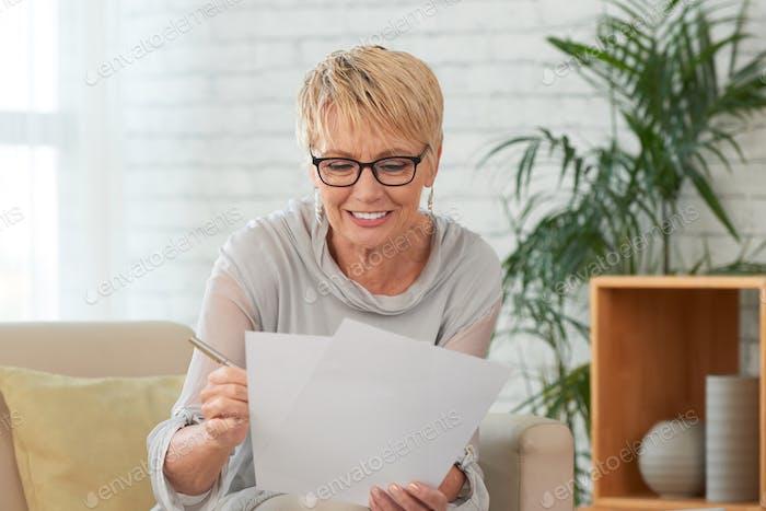 Älter Frau Lesegeschrift