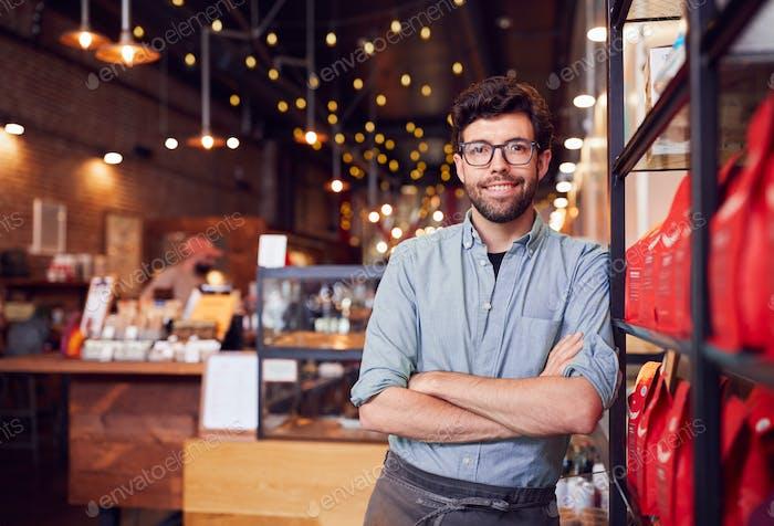 Porträt von männlichen Coffee Shop Besitzer stehend durch Zähler