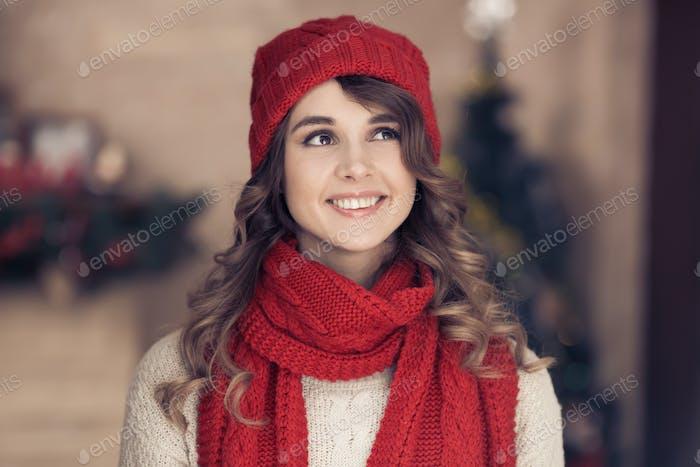 Schöne, glückliche Frau. Frohe Weihnachten.