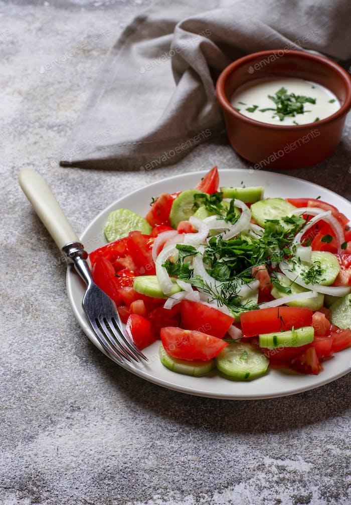 Salat mit Gurke und Tomaten