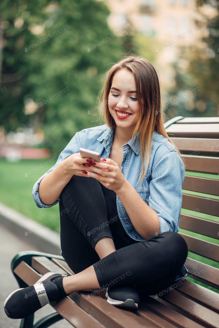 Telefonsucht, süchtige Frau mit Smartphone