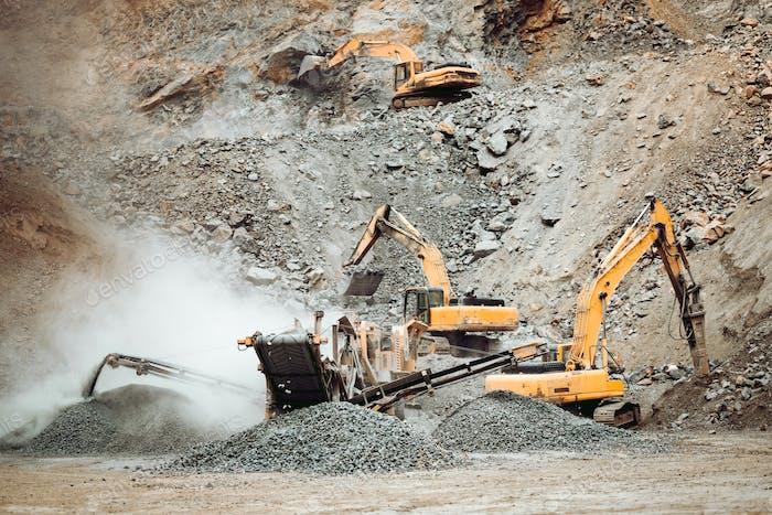 Hochleistungsmaschinen, die auf Steinbruch arbeiten