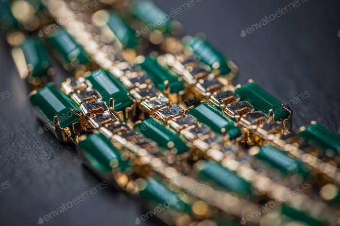 Halskette mit grünen Steinen