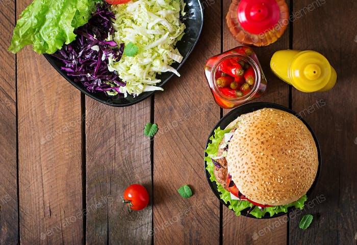 Sandwich-Hamburger mit saftigen Burgern, Käse und Kohlmischung. Ansicht von oben