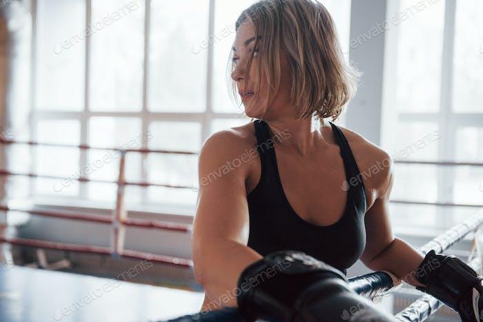 Bereit für eine weitere Runde. Müde nach dem Training. Ruhe in der Turnhalle für Boxsport Training