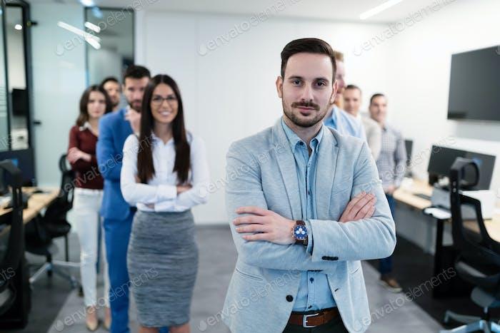 Gruppenbild des Geschäftsteams posiert im Büro