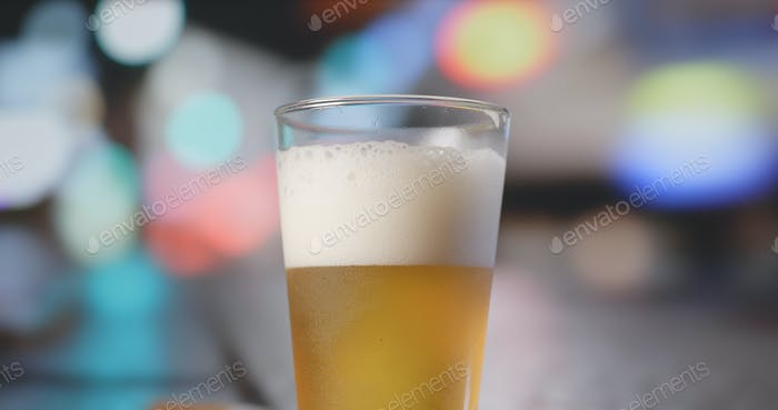 Bière avec voiture de conduite à l'arrière-plan