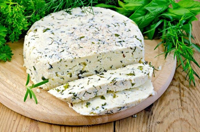 Käse hausgemachte Runde mit Gewürzen an Bord