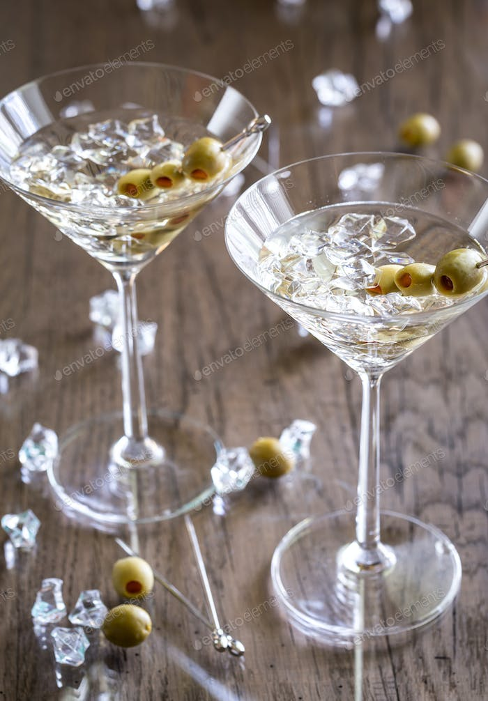 Zwei Olive Martini Cocktails