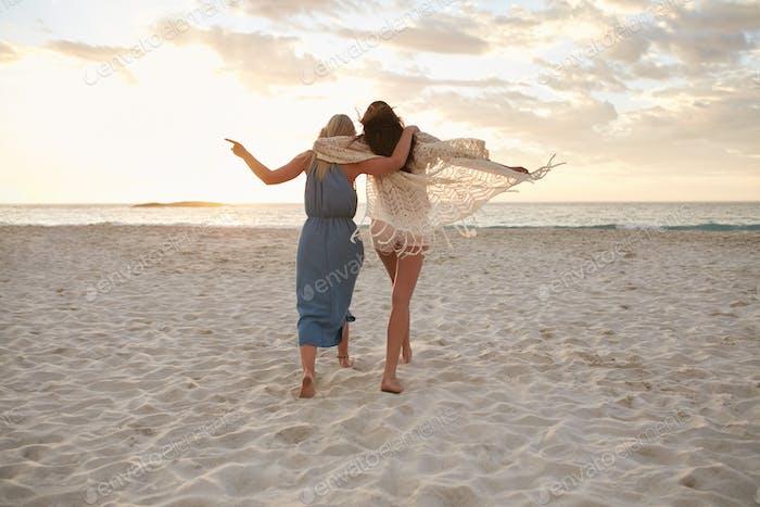 Frau Freunde genießen einen Tag am Strand