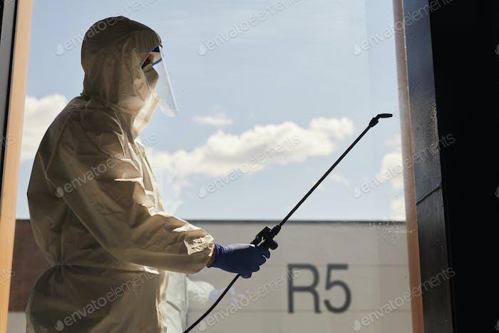 Hinterleuchtetes Porträt des Desinfektionsarbeiters