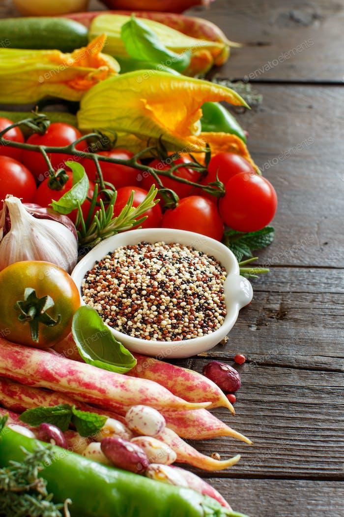 Ungekochte Quinoa mit Gemüse