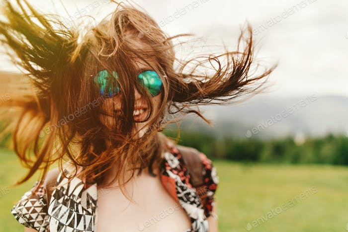 Хипстер женщина путешественник с модными солнцезащитные очки и ветреные волосы с уверенным взглядом