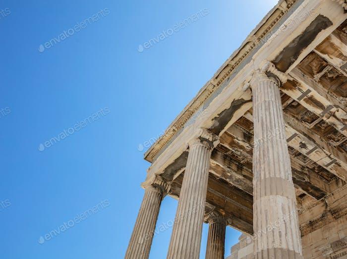 Athen, Griechenland. Erechtheion-Tempel von Athena auf Akropolis Hügel, blauer Himmel Hintergrund