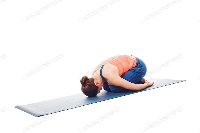 Frau tut Ashtanga Vinyasa Yoga Entspannung Asana Balasana chil