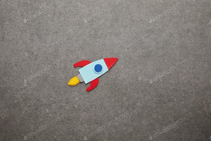 cohete hecho a mano colorido sobre fondo gris