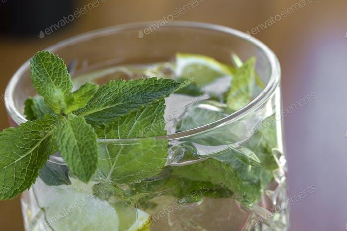 Cocktail mit Wodka, Minze und Zitrone