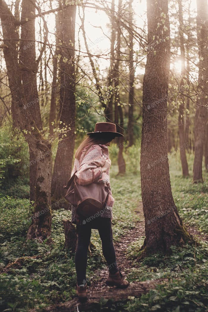 femme à la mode bohème explorer dans la lumière du soleil