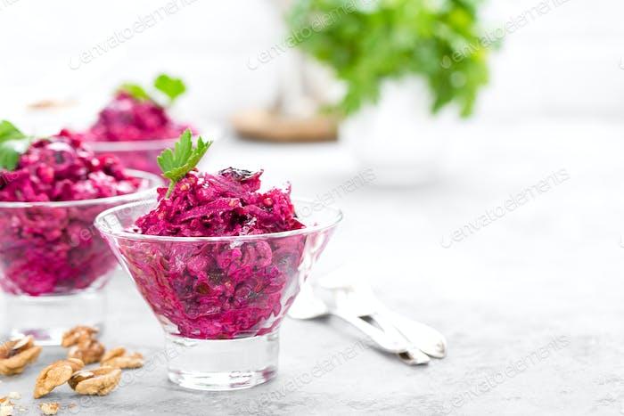 Rübensalat. Salat aus gekochten Rüben