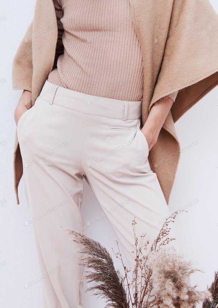 Stylische Hosen und Pullover.