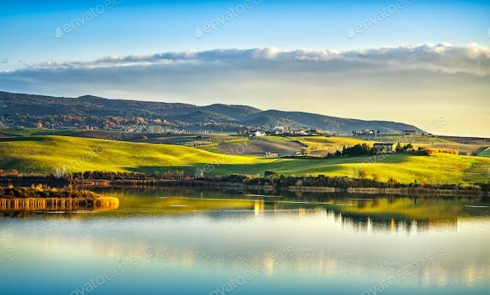 Toscana, Santa Luce panorama lago en la puesta de sol, Pisa, Italia