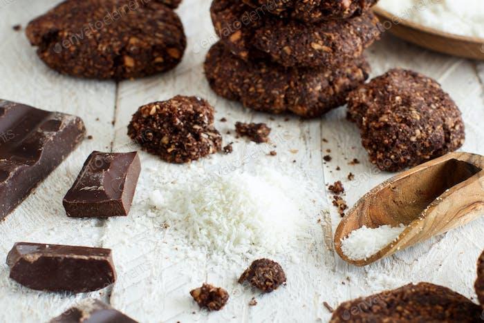 Keto Schokoladenkekse mit Mandel- und Kokosnussmehl. Atkins, ketogen.