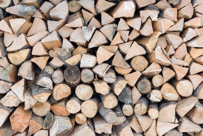 gefaltetes Brennholz. Altes Brennholz für den Kamin