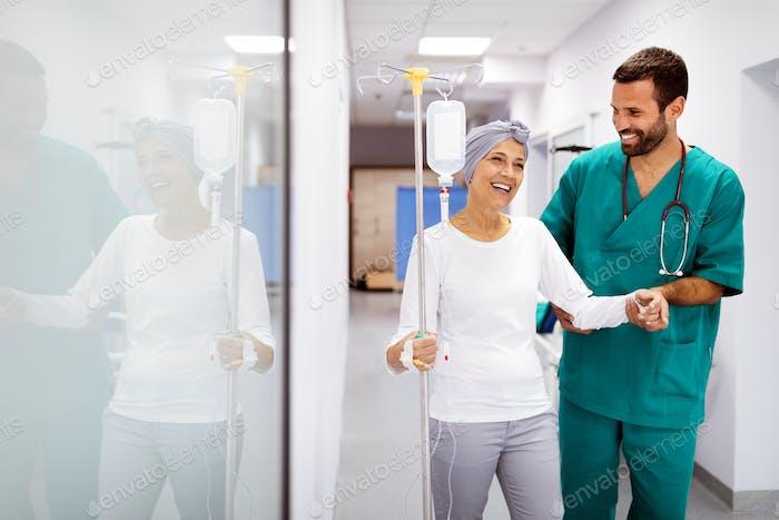 Frau mit Krebs während der Chemotherapie erholt sich von Krankheit im Krankenhaus