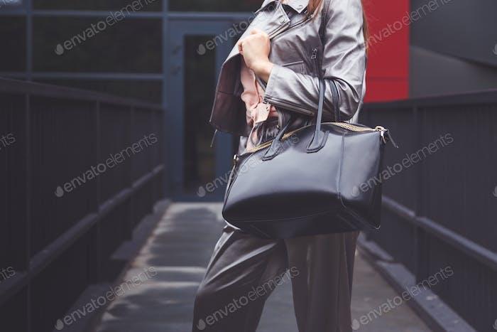 Mujer De Moda En Pantalones Plateados Chaqueta Con Bolsa Negra En Look Calle Mano Traje De Moda Foto De Vladdeep En Envato Elements