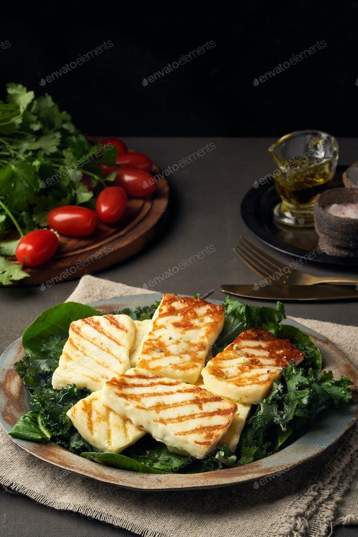 Zypern gebratener Halloumi Käse mit gesunden grünen Salat. Lchf, Pegan, Fodmap, Paleo, SCD, Keto-Diät.