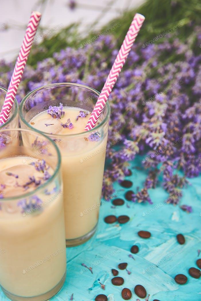 Sommergetränk Eiskaffee mit Lavendel im Glas