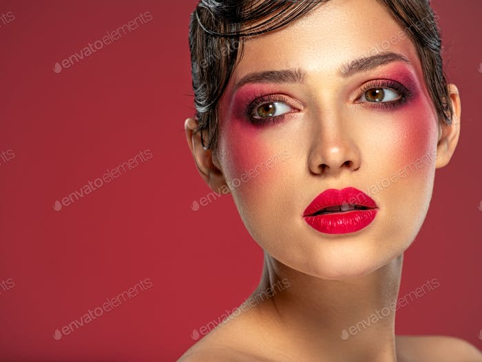 Schöne brünette Mädchen mit hellen Augen Make-up.