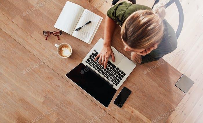 Mujer que navega por internet en la cafetería