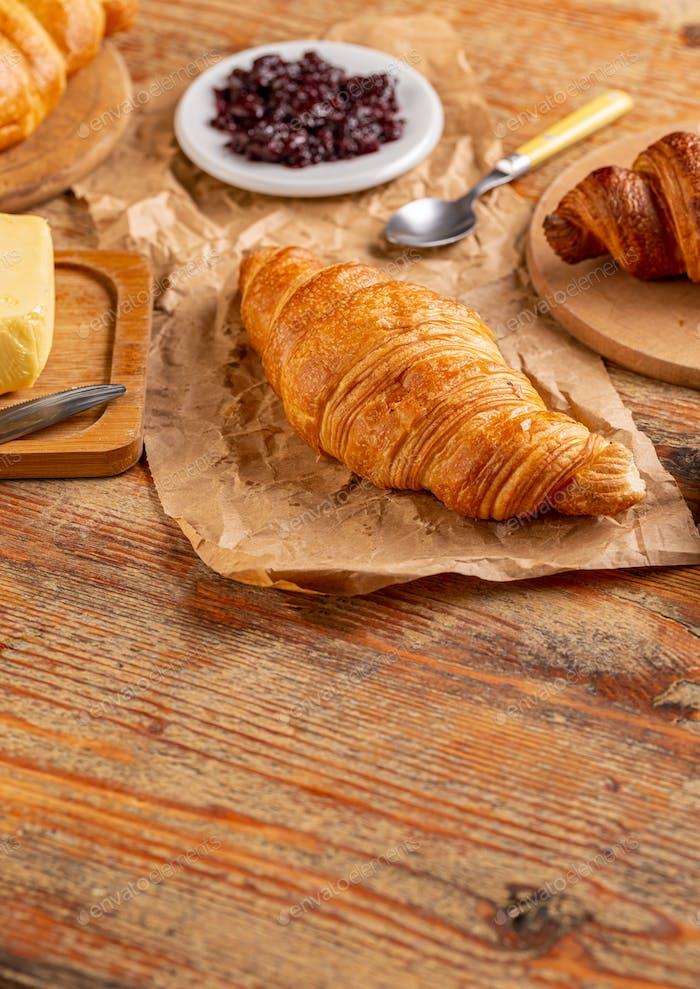 Frisches Croissant mit Kopierraum