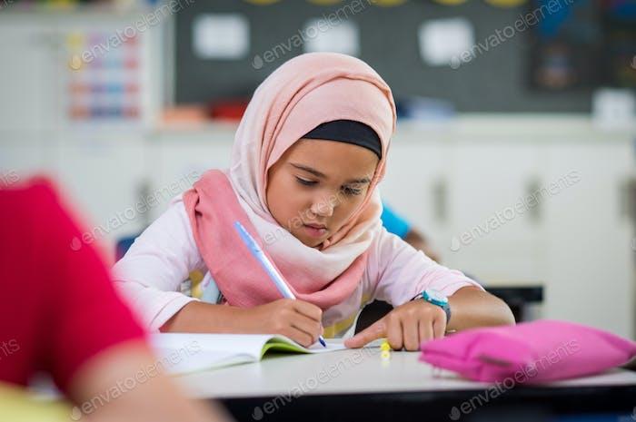 Junges Mädchen tragen hijab studieren