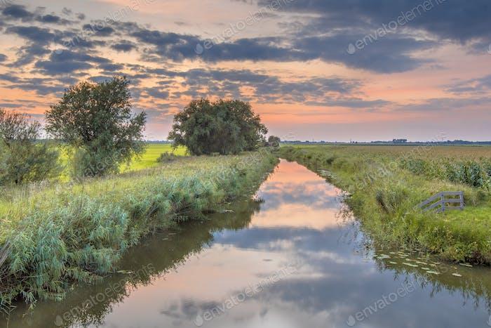 Kanal in landwirtschaftlicher Landschaft
