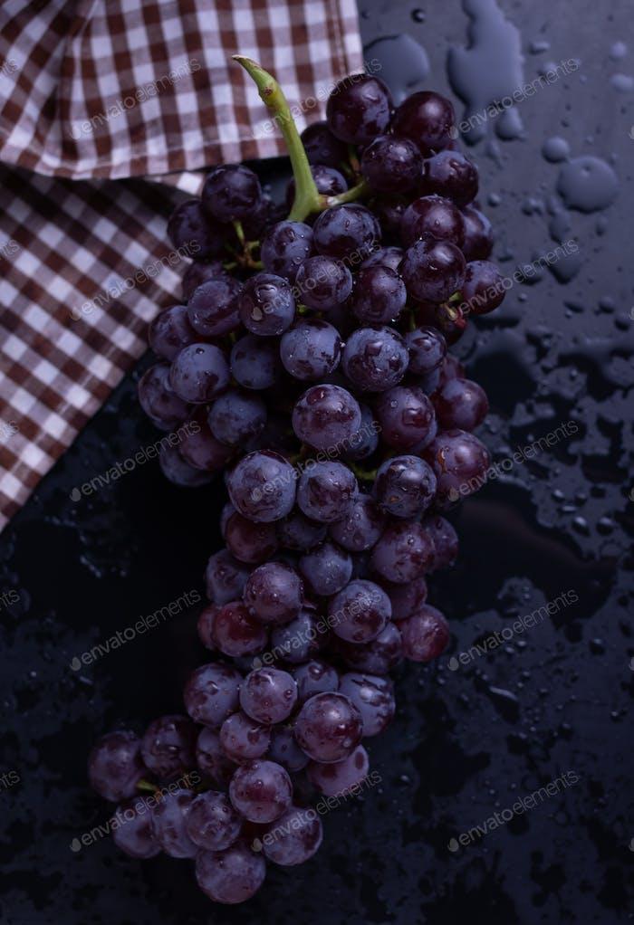 Un manojo de uva de mesa en la mesa