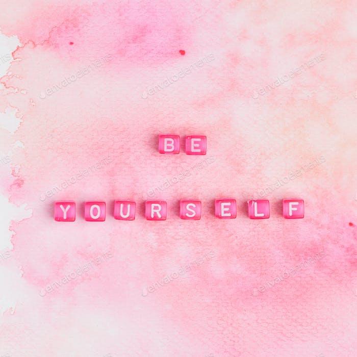 SEI DU SELBST Beads Text Typografie auf rosa