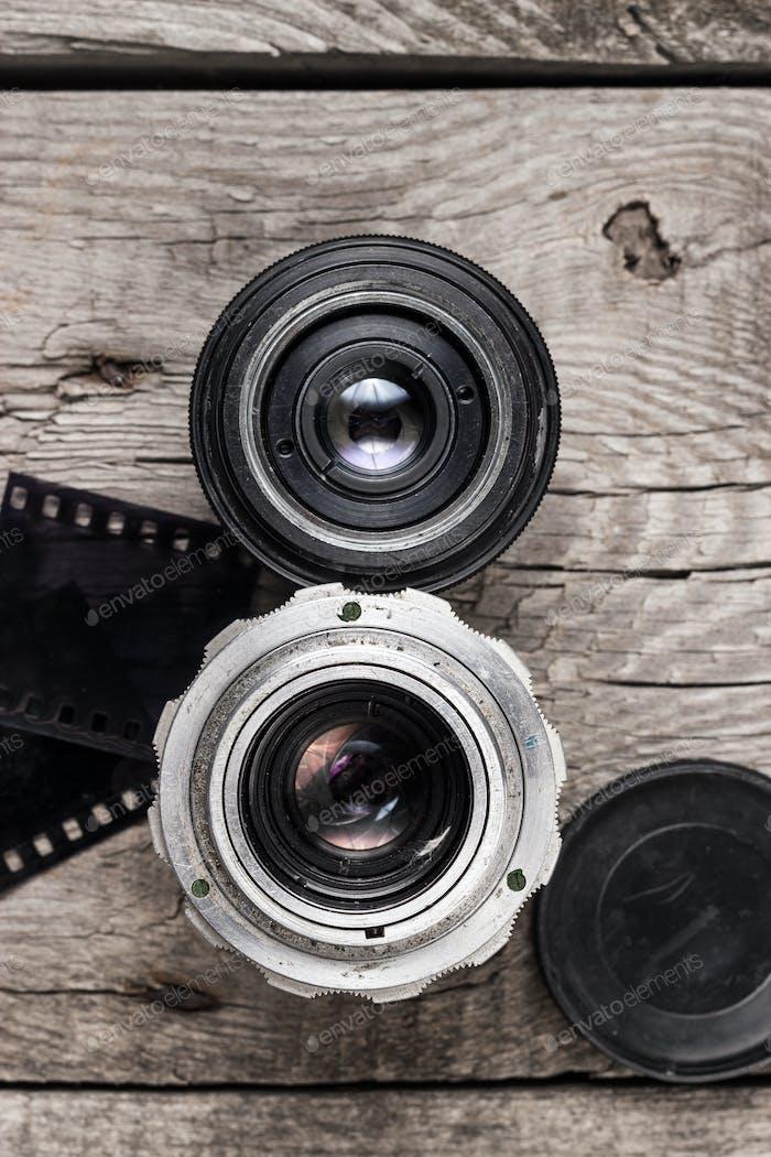 Retro-Kamera-Objektive und Negativfilm