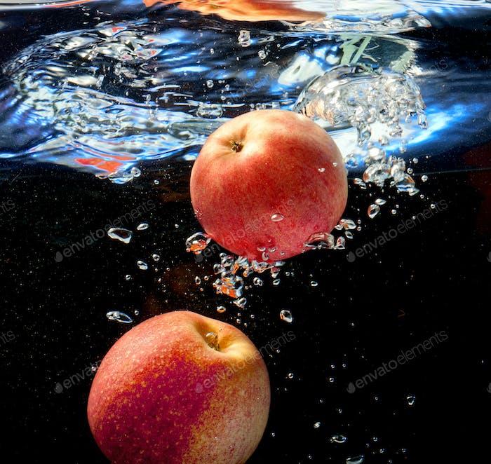 zwei Apfel im Wasser