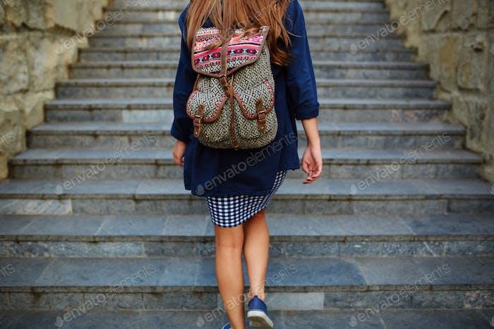 Student Mädchen mit einem Rucksack Treppensteigen