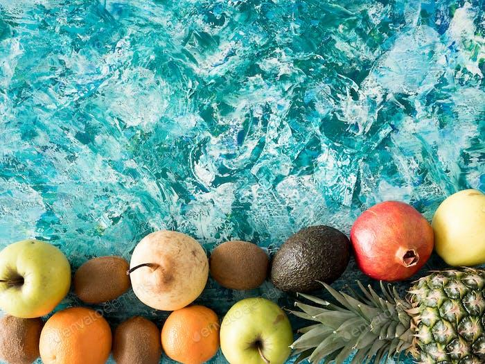 Verschiedene frische Früchte auf hölzernem Hintergrund